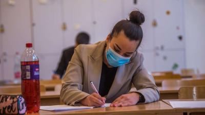 Védőmaszkot viselő diákok a történelem írásbeli érettségi vizsgán a fővárosi Kőrösi Csoma Sándor Két Tanítási Nyelvű Baptista Gimnáziumban 2020. május 6-án. Történelemből középszinten 64 342, emelt szinten 7073 érettségiző vizsgázik országszerte. A korona
