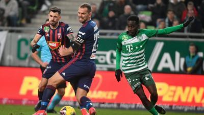 Tokmac Nguen cselezi ki Juhász Rolandékat a Ferencváros - MOL Fehérvár FC mérkőzésen az OTP Bank Liga 21. fordulójában – (Fotó: M4Sport)