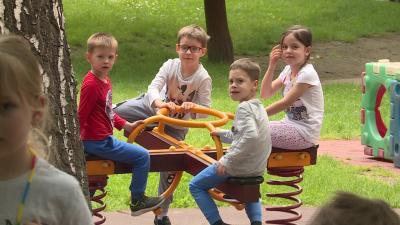 Újra gyermekek lepték el a Százszorszép Művészeti Bázisóvoda udvarát. Fotó: Máthé Csongor