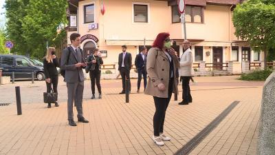 A másfél méteres távolságot megtartva várakoztak a diákok az érettségi vizsga előtt. Fotó: Máthé Csongor / behir.hu
