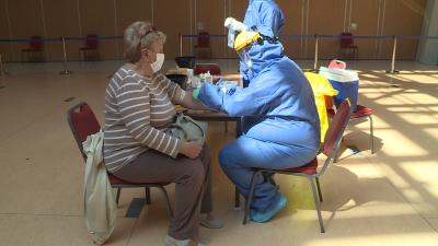 Koronavírus teszt a Csabagyöngye Kulturális Központban. Fotó: 7.TV/Fazekas Róbert