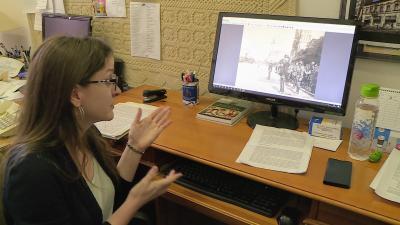 Szakál Veronika, a trianoni kiállítás kurátora mutatja az egyik különleges képet. Fotó: 7.TV/Kovács Dénes