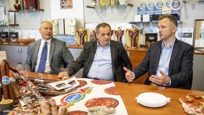 Daka Zsolt, a Gyulahús Kft. ügyvezető igazgatója (b), Budai Gyula, a Külgazdasági és Külügyminisztérium külső piacok fejlesztéséért és koordinálásáért felelős miniszteri biztosa (k) és Görgényi Ernő polgármester a Gyulahús Kft.-nél (Fotó: MTI)