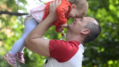 Apa gyermekével játszik a Fiatal Családosok Klubja (Ficsak) apák napi rendezvényén a Ficsak Családi Központban, a főváros XI. kerületében 2020. június 21-én. Az apák napját június harmadik vasárnapján tartják, vannak olyan nyugati országok, ahol már több