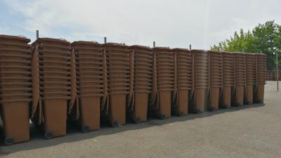 A zöldhulladék gyűjtőedényeket egyelőre még nem pakolták szét, de június 15-re készen lesznek, mint ahogyan a sátor felállításával is – (Fotó: Hidvégi Dávid/behir.hu)