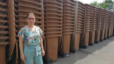 Holopné Dr. Sztrein Beáta megmutatta, hogy a Tondach Orosházi úti telephelyén hová helyezték ki a barna kukákat – (Fotó: Hidvégi Dávid/behir.hu)