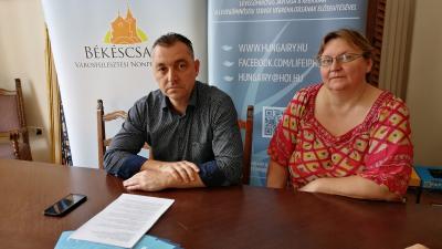 Vass Csaba és Fábián Imréné a pénteki sajtótájékoztatón – (Fotó: Bagi József/behir.hu)