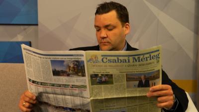 Szabó László, az Andrássy gimnázium igazgatója, történelemtanára is átlapozta az újság legfrissebb számát