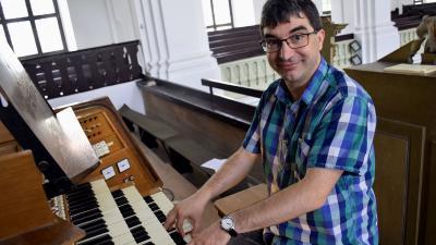 Alföldi Csaba az evangélikus nagytemplom orogonájánál