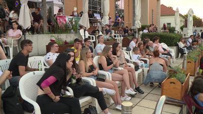 A békéscsabai fiatalok feszülten várták a ponthatárokat a Csabagyöngye stégen Fotó: Kovács Dénes