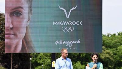 Kulcsár Krisztián, a Magyar Olimpiai Bizottság (MOB) elnöke (b) és Vékásssy Bálint, a MOB főtitikára az új magyar szurkolói márka, a
