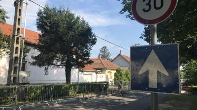 Ideiglenesen egyirányú a Thurzó utca Gyulai út és Deák utca közötti szakasza Fotó: behir.hu