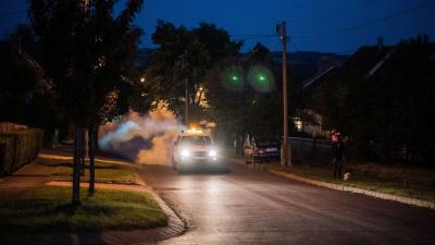 Melegködös szúnyoggyérítés Pécs Patacs városrészében 2020. július 7-én. Az Európai Unió tagállamaiban 2020-tól megszűnt a kifejlett szúnyogok ellen alkalmazható készítmények légi permetezése. A szúnyoggyérítés kizárólag földi eljárással végezhető a közter