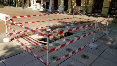 Ismét megrongálódott a színház előtti szökőkút (fotó: Ujházi György)