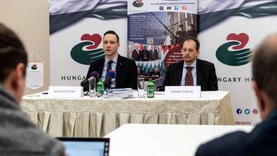 Azbej Tristan, a Miniszterelnökség üldözött keresztények megsegítéséért és a Hungary Helps Program megvalósításáért felelős államtitkára és Márki Gábor, a Hungary Helps ügynökség vezérigazgatója (MTI fotó)