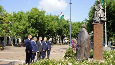 A békéscsabai városvezetés megkoszorúzza Szent István szobrát 2020.08.20.-án. Fotó: behir.hu/V.D.