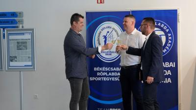 Nagy Attila, Baran Ádám és Varga Tamás koccintója a pohárköszöntőt követően – (Fotó: Hidvégi Dávid/behir.hu)