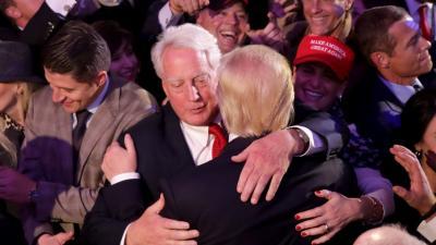 Robert Trump gratulál bátyjának a 2016-os győzelem után (Kép: nbcnews.com)