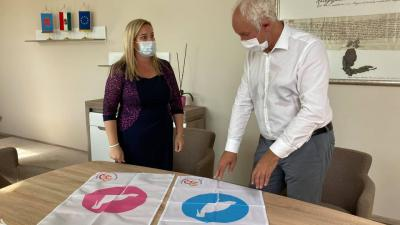 Dr. Rákócziné Tripon Emese és Herczeg Tamás a babazászlókkal (fotó: facebook)