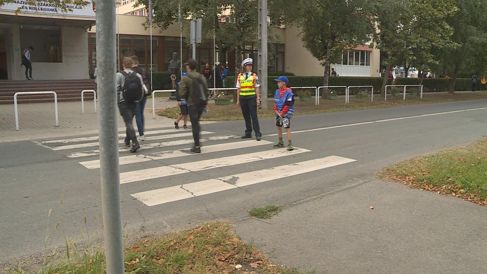 Szolgálatban a zebra zsaruk Békéscsabán a Dobozi út és a Dedinszky Gyula utca kereszteződésben a gyalogátkelőhelynél Fotó: Kugyelka Attila