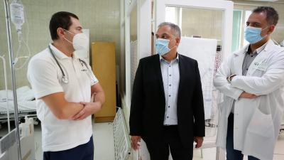 Dr. Dani Győző (b) a Kardiológia Osztály osztályvezető főorvosa és Dr. Duray Gergő (j) főigazgató mutatja be a már beszerelt oxigénvételi helyeket Zalai Mihálynak (k) a Békés Megyei Közgyűlés elnökének. Fotó: Zentai Péter