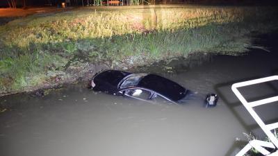 Sarkadon csatornába hajtott szombat éjjel egy autó Fotó: police.hu
