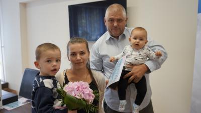 A nyertes baba és családja