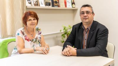 Erdősné Sági Mária és Polgár Zoltán a Békés Városi Püski Sándor Könyvtárban Fotó: Békés Város Önkormányzata