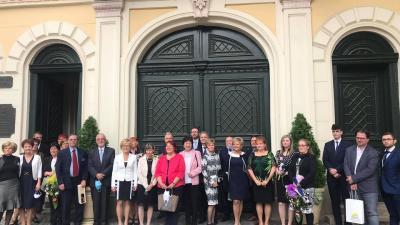 A kitüntetettek a városháza előtt (fotó: Szarvas Péter facebook oldala)