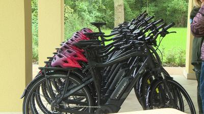 Elektromos kerékpáros a Körösvölgyi Látogatóközpontban. Fotó: 7.TV/Kovács Dénes