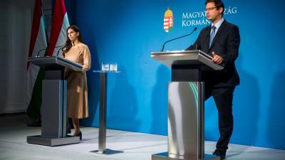 Szentkirályi Alexandra kormányszóvivő és Gulyás Gergely, a Miniszterelnökséget vezető miniszter a Kormányinfón (fotó: MTI/Balogh Zoltán)