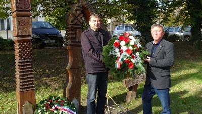 Honfi Pál (balról), az LMP elnökségi tagja és Takács Péter (jobbról), a párt dél-alföldi, regionális elnöke koszorúzott az Aradi vértanúk ligetében, Békéscsabán. Fotó: LMP