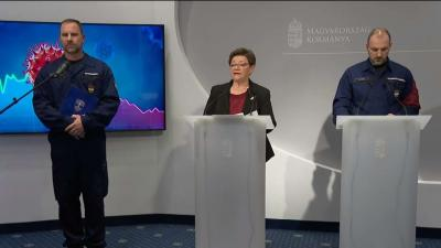Gál Kristóf, Müller Cecília és Kiss Róbert az operatív törzs október 13-i sajtótájékoztatóján. Forrás: M1