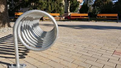 Biciklitároló és padok létesültek a Béke sétányon – (Fotó: Hidvégi Dávid/behir.hu)