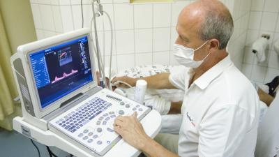 A képen dr. Gáspár István az új eszközzel végez neurológiai vizsgálatotFotó: Melega Krisztián/Orosházi Kórház