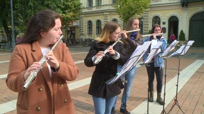 Zene világnapi flashmob Békéscsaba főterén 2020.10.01.-jén. Fotó: 7.TV/Kovács Dénes