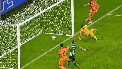 Álvaro Morata, az olasz csapat játékosa (b) gólt lő a  Ferencvárosi TC - Juventus mérkőzésen a Puskás Arénában (Fotó: MTI/Czeglédi Zsolt)