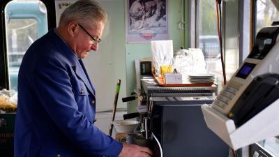 Sós Imre kávét főz a turisztikai főpályaudvar büfékocsijában – Fotó: behir.hu/Such Tamás