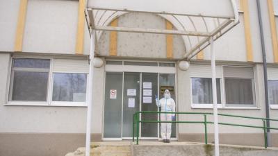 A képen a mintavételi helyiség bejárata látható a Könd utca felőli oldalon.Fotó: Melega Krisztián/Orosházi Kórház