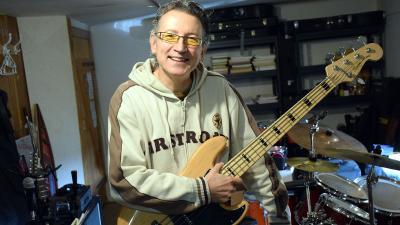 Berki Csaba, a Premier iskola gitártanárja – Fotó: behir.hu/Such Tamás
