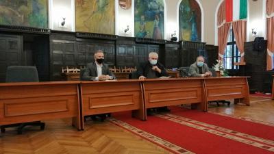 Opauszki Zoltán tanácsnok (balról), Hanó Miklós alpolgármester és Szente Béla önkormányzati képviselő szerdai tájékoztatója – (Fotó: Hidvégi Dávid/behir.hu)