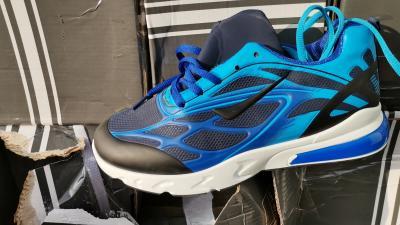 A Nemzeti Adó- és Vámhivatal munkatársai több mint 94 millió forint értékben találtak hamis cipőket egy kamionban Gyulánál. Forrás: NAV