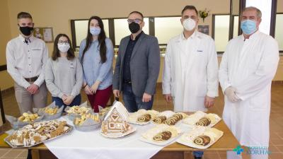 A diákoktól és Pörneki Attila iskolaigazgatótól a sütiket dr. Duray Gergő főigazgató és Hutkai Sándor élelmezésvezető vette át.Fotó: Melega Krisztián/Orosházi Kórház