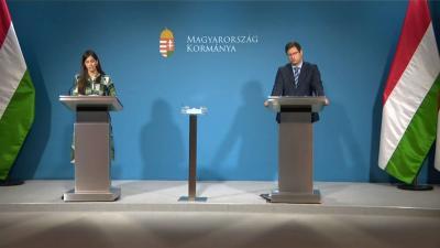 Szentkirályi Alexandra kormányszóvivő és Gulyás Gergely Miniszterelnökséget vezető miniszter a 2020.11.26.-i kormányinfón. Forrás: MTVA