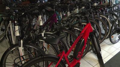Egyre többen keresik a támogatás miatt az elektromos kerékpárokat. Fotó: Bagi József / behir.hu