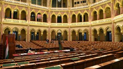 MSZP képviselője napirend előtt szólal fel az Országgyűlés plenáris ülésén, miután a kormánypárti (Fidesz-KDNP) képviselők kivonultak az ülésteremből 2020. november 17-én. MTI/Illyés Tibor