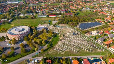 A sportcsarnok mellett már jól látható a napelempark (fotó: Kliment Pál)
