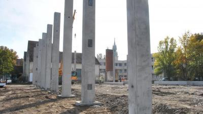 Már egy látványos szakaszába lépett a tornacsarnok építése – (Fotó: Sarkad Város)