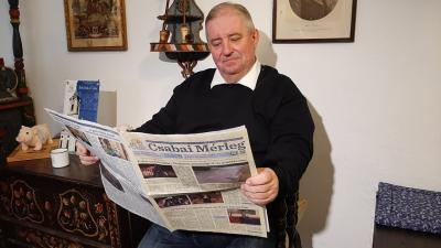 Harangozó Imre már átlapozta a legfrissebb Csabai Mérleget (fotó: behir.hu)
