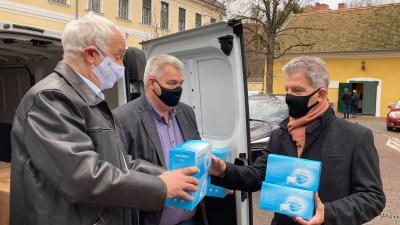 (b.-j.) Herczeg Tamás önkormányzati képviselő, Alföldi Károly vállalkozó adja át a maszkokat Szarvas Péter békéscsabai polgármesternek. Forrás: Herczeg Tamás Facebook oldala